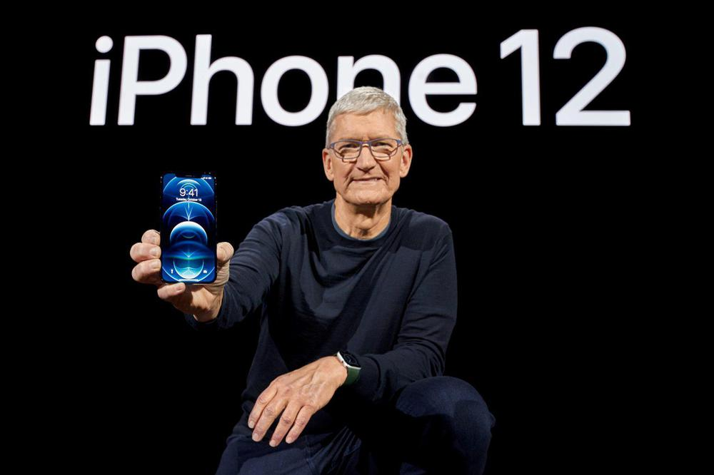 El-presidente-ejecutivo-de-Apple-Tim-Cook-posa-con-el-nuevo-iPhone-12-Pro.-Brooks-KraftApple-Inc.vía-REUTERS.-1536x1024