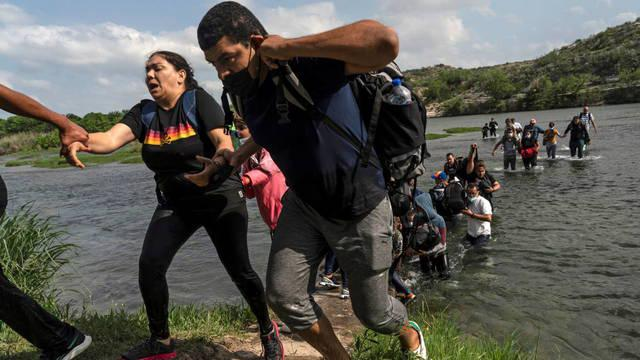 asylum-seeking-migrants-from-venezuela-reach-the-shore-after-crossing-the-rio-grande-river-into-the-united-states-from-mexico-in-del-rio-texas-u-s-may-26-2021-reuters-go-nakamura